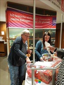 Die Gewerkschaftssekretärinnen Mechthild Boller-Winkel (ver.di) und Jasmin Delfino (IG Metall) sorgen dafür, dass mit Gummibärchen und Popcorn das richtige Kino-Feeling aufkommt.