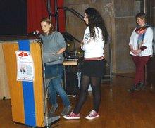Sandra Grimm (DGB Südwestfalen) begrüßt die Anwesenden und Yasemine Boubaous (DGB- und ver.di-Jugend) gibt anschließend eine Einführung in das Thema.