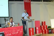 Geschäftsführer Jürgen Weiskirch erläutert den Geschäftsbericht