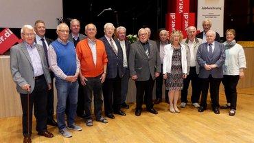 Vorne von links: Hans-Helmut Siebel, Siegen (65 J.), Klemens Kamp, Attendorn (60 J.), Berthold Wehn, Bad Laasphe (60 J.), Karl Wilhelm Kirchhöfer, Siegen, (80 J.), Lothar Weier, Freudenberg (60 J.), Felicitas Rodepeter, Kreuztal (50 J.), Hans Joachim Rengert, Kreuztal (65 J.), Manfred Tramberend, Siegen (60 J.), stv. Bezirksvorsitzende Tanja Krönert.Hinten von links: Festredner Willi Brase, Norbert Schulz, Siegen (65 J.), Jürgen Vogel, Siegen (60 J.), Günter Müller, Siegen (70 Jahre), Gerhard Knie, Freudenberg (60 J.), ver.di-Geschäftsführer Jürgen Weiskirch und die stv. Bezirksvorsitzende Tanja Krönert.