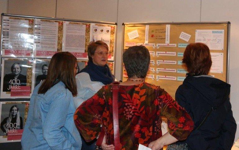 Die stellvertretende ver.di-Bezirksvorsitzende Tanja Krönert mit interessierten Besucherinnen am Infostand.