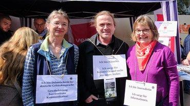 """Solo-Selbstständige in ver.di: """"Unsere Vielfalt ist unsere Stärke"""" Unter diesem Motto präsentieren sich Marion Schmallenbach, Thomas Kellner und Bärbel Röben vor dem ver.di-Stand."""