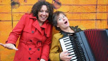 Das Kabarettduo MADAMM aus Köln: Rita Zimmermann und Victoria Wiese