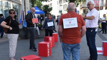 Symbolische Protestaktion von ver.di-Südwestfalen gegen unzureichende Coronahilfe: Die dreiköpfige Bezirkskommission der Solo-Selbstständigen und Geschäftsführer Jür-gen Weiskirch, unterstützt von weiteren Betroffenen.