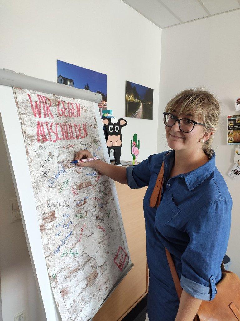 Die Wand der Solidarität rollt durch die Stadtverwaltung Hagen.