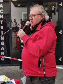 Der Geschäftsführer der DGB-Region Südwestfalen, Ingo Degenhardt, spricht zu den Streikenden.