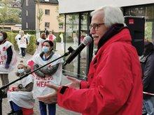 Bezirksgeschäftsführer Jürgen Weiskirch spricht zu den Streikenden