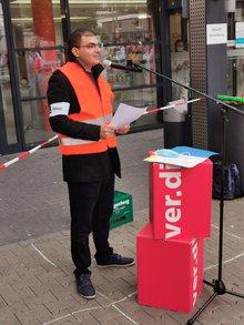 Gewerkschaftssekretär Jasin Nafati spricht zu den Streikenden