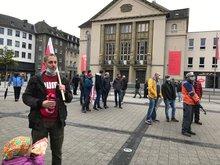 Streikende zeigen Flagge für ein gutes Tarifergebnis